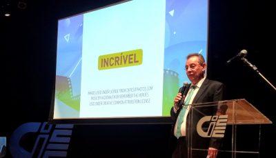 Flavio Prado durante palestra no Teatro CIEE