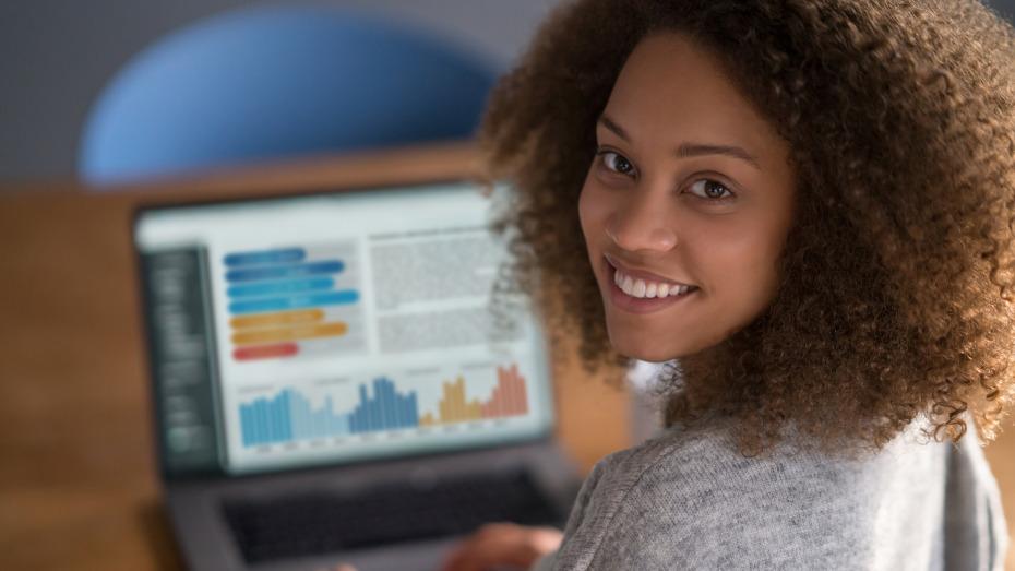 estudante fazendo curso no computador
