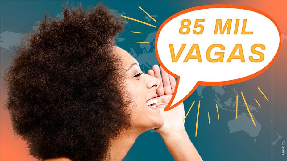 No lado esquerdo da foto aparece uma mulher afrodescendente com o cabelo black power e com a mão na boca como se estivesse gritando. Do lado direito tem um balão de histórias em quadrinhos com o texto 85 mil vagas.