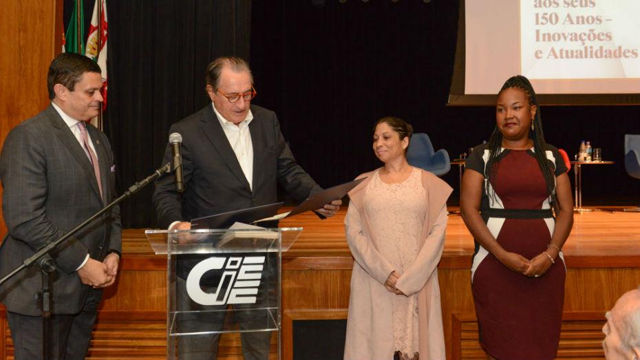 Concurso de Monografia CIEE e IASP. Vencedoras recebem prêmio em mãos