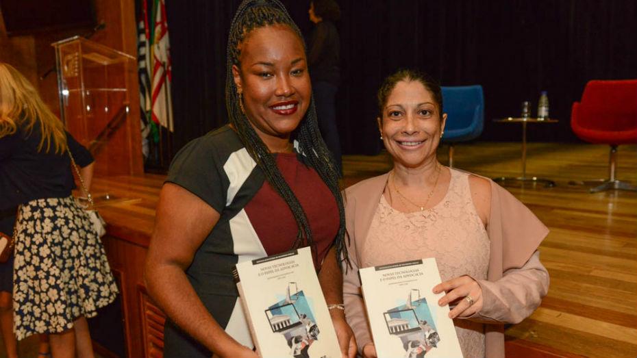 Vencedoras do concurso de monografia posam para foto com monografia em mãos