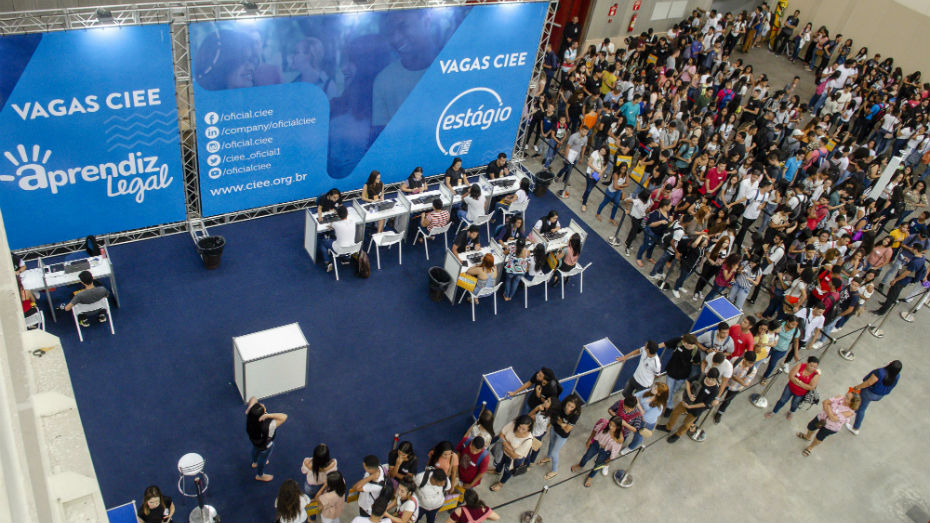 Jovens fazem fila para vagas de estágio e aprendizagem na EXPO CIEE Ceará