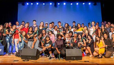 Turma de jovens no palco do Teatro CIEE celebram conclusão das Oficinas de Cri@tividades
