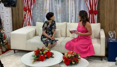 Susana Borges em entrevista ao Vida Melhor com Claudia Tenorio. As duas estão sentadas no sofá e a câmera apontada para as duas