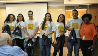 A analista de administrativo do CIEE, Aline Cruz, e jovens formandos