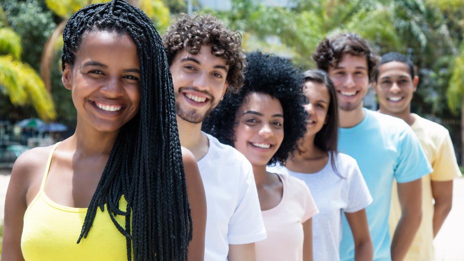Seis jovens em fila sorrindo