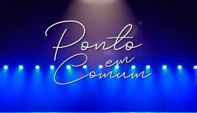 """Na imagem se vê luzes azul de um palco e no centro está escrito """"Ponto em Comum"""""""
