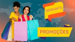 """No lado direito da imagem, duas mulheres - uma negra e uma branca de cabelos negros - seguram duas sacolas de compras. No lado esquerdo, duas palavras aparecem em destaque: """"Desconto"""" e """"Promoções""""."""
