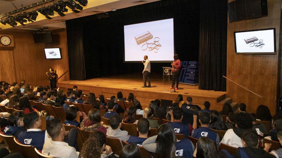 Aprendizes participam de treinamento em parceria com o Google no Teatro CIEE