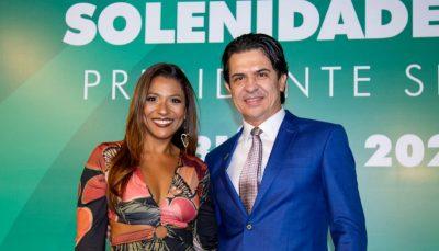Em evento, Simone Silva e Silvio Alves posam sorridentes