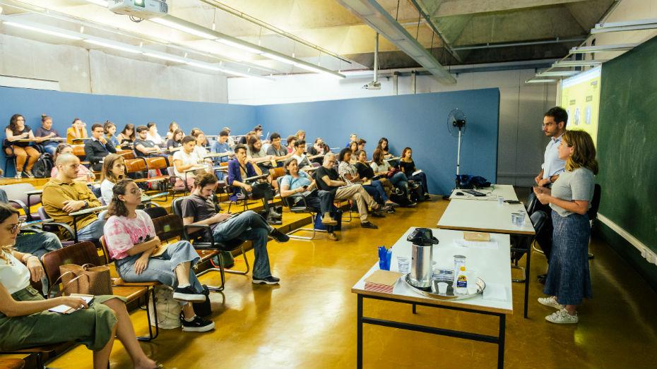 Renan Falcão e Duda Sena conversam com alunos na USP