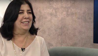 Maria Nilce, superintendente Executiva Voluntária do CIEE, sorrindo em estúdio do programa Vida Melhor