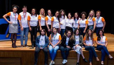 Equipe do CIEE Saber Virtual composta por 18 pessoas, sendo 16 mulheres e 2 homens, posam para foto no palco do Teatro CIEE