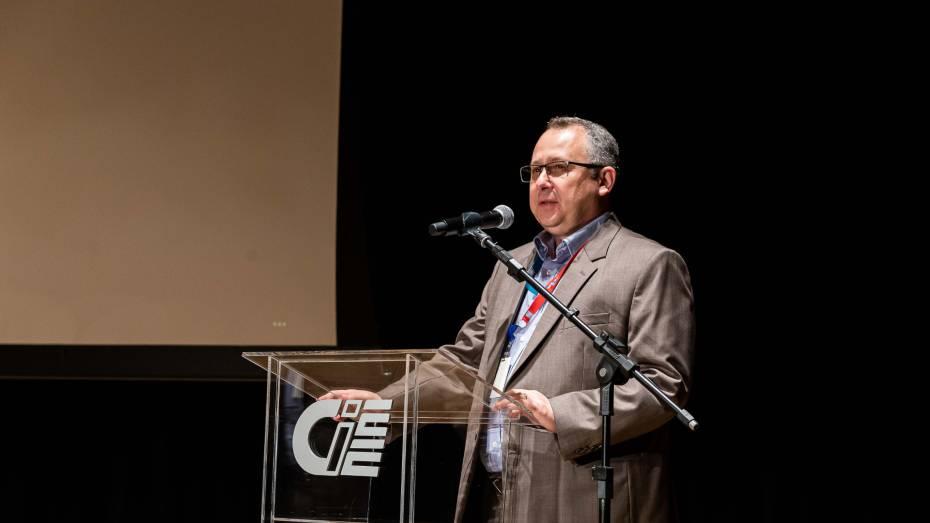 Marcelo Gallo, superintendente Nacional de Operações do CIEE, fala no microfone no palco do CIEE