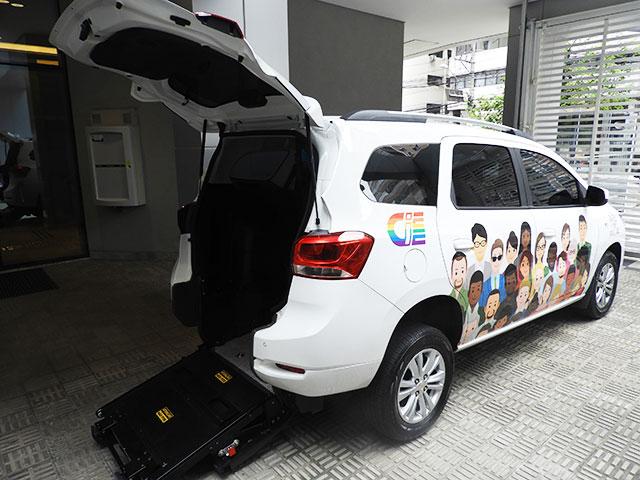 Carro branco do CIEE com vista traseira. A lateral do carro possui uma ilustração de pessoas de várias etnias.