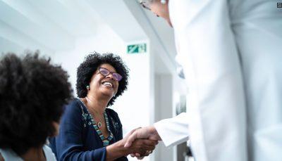 mulher sendo atendida por médica