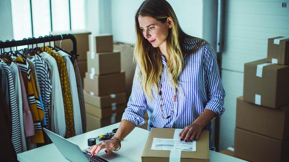 Mulher com notebook e gerenciando vendas