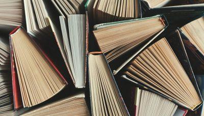Composição de livros abertos