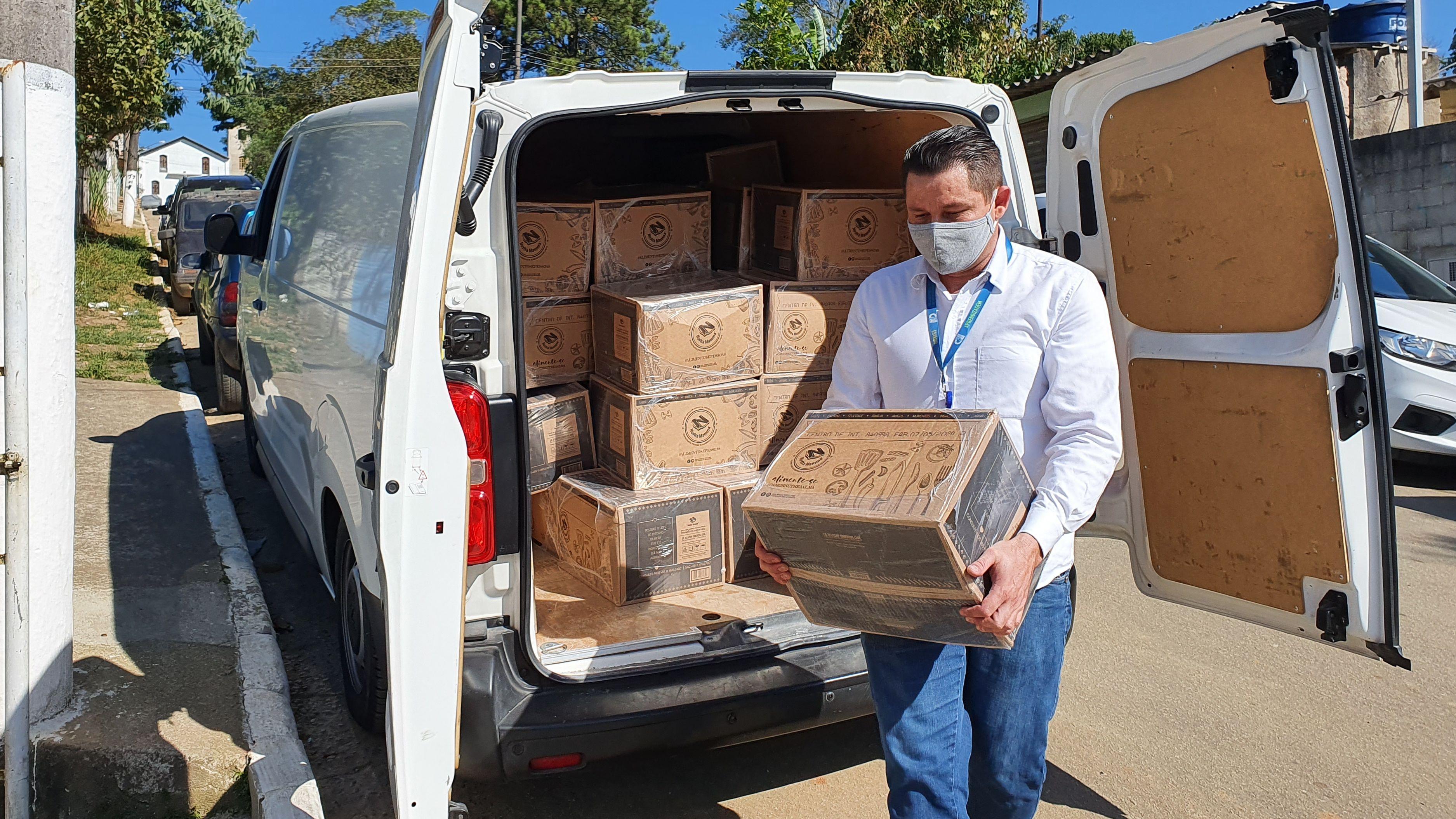 Colaborador do CIEE fazendo entrega de cestas básicas