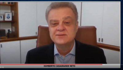 Vemos Humberto Casagrande, em escritório, com armários brancos no fundo, participando virtualmente do Congresso Mega Brasil
