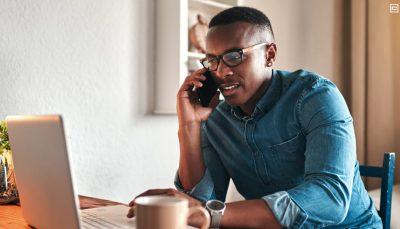 Jovem negro em frente ao computador
