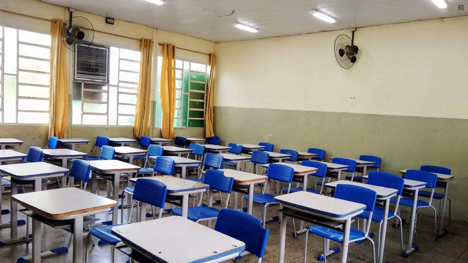 Sala de aula com carteiras azuis e brancas