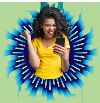 #PraCegoVer #PraTodosVerem #DescriçãoDaImagem Imagem ao lado direito do banner tem uma jovem de cor branca, cabelos escuros encaracolados um pouco abaixo do ombro, vestindo camiseta lisa amarela, sorrindo e vibrando muito, com um celular na mão esquerda.