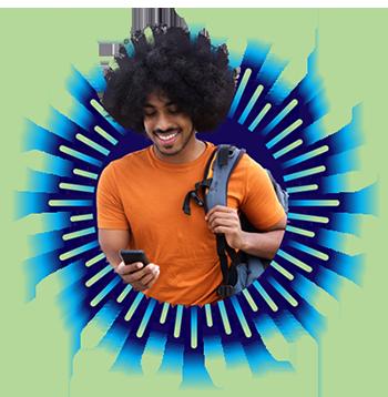 #PraCegoVer #PraTodosVerem #DescriçãoDaImagem Imagem ao lado esquerdo do banner tem um rapaz de cor preta, sorrindo, com cabelos tipo black power, camiseta lisa na cor laranja, segurando um celular na mão direita e com uma mochila no ombro esquerdo.