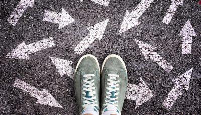 Setas no chão, indicando opções para os jovens