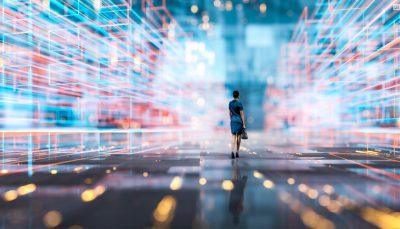 Mulher em pé sob perspectiva futurista, com mistura de cores ao fundo