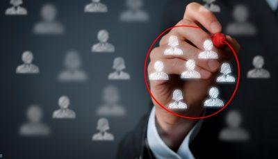 Com caneta vermelha, mão seleciona candidatos representados por símbolos