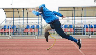 Homem com deficiência física em pista de atletismo